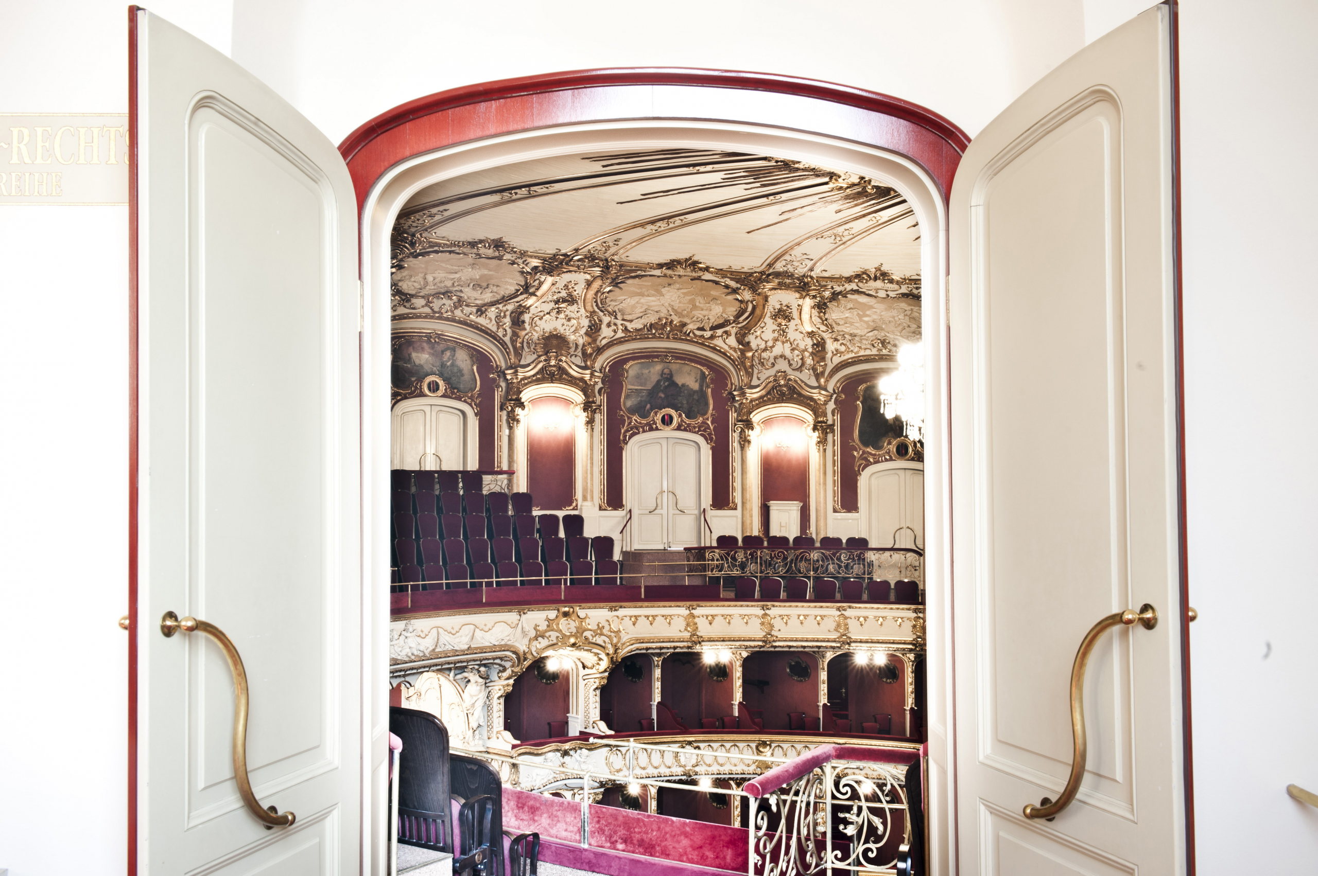 Oper Graz, Blick durch eine offene Tür in den Zuschauerraum